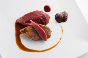 シンプルに焼き上げる『鳩』は、血を使ったソースのピュアな味わいが決め手