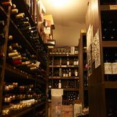 ワインのストックは1万本以上。料理に寄り添う1本を見つけ出せる