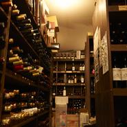 フランス産を中心にしたワインは約1200種をオンリスト。世界各国から訪れるさまざまなゲストに満足いただけるよう、セラーには実に多彩な産地と味わいの1万本以上のワインをストックしています。