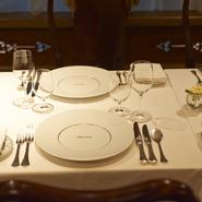 クラシカルな料理を引き立てるレイノー社のお皿やエルキューイのカトラリーなどにも【シェ・イノ】ならではのこだわりがあります。シンプルで普遍的なデザインは、時に食べ手の想像力をも豊かにしてくれます。
