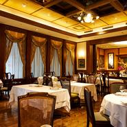【シェ イノ】は、料理とワイン、サービス、そしてこの空間があっての店。アールデコ調の落ち着きの中にも、天井が高く開放的な雰囲気も醸し出します。大切な人との寛ぎの時間をお過ごしください。