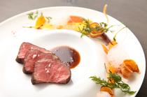 お皿の上のアートを楽しむような美しさ『黒毛和牛 ニンジンいろいろ 金柑』 (コース料理の一品)