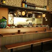 木のぬくもりが心地よい、カウンターのテーブルと椅子