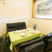 緑のテーブルクロスがかかった個室は、周囲を気にせずにゆったり過ごせる人気の席です。料理はアラカルトなどメニュー豊富でいろいろな美味を堪能できるのもうれしいところ。気のおけない友達とのんびり過ごせます。