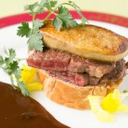 上質な松坂牛を使用しています。松坂牛はフランス産のフォアグラとの相性が抜群。自家製の赤ワインソースが旨味を引き立てています。