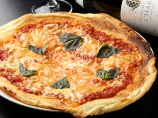 独自の配合でしっかりと味のある粉を使った『自家製ピザ生地』