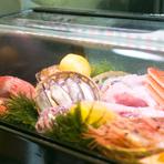 その日に水揚げされた三河湾の新鮮な魚介類を市場で仕入れ、そのまま水槽へ。旬の美味しさを余すところなく伝えるため、さまざまな料理で提供しています。海の幸に限らず、松茸など山の幸を使った料理も豊富です。