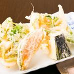 山菜やタケノコ、ハモなど、四季折々の恵みを揚げたてで楽しめます。素材の持ち味を活かすため、手は加え過ぎずシンプルに。長年の経験と勘を頼りにサックリと揚げた天ぷらは、軽やかで上品な味わいです。