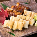 大きめで脂乗りのよさが評判の三河産うなぎ。水槽で泳いでいるうなぎを目の前で調理してくれます。長年継ぎ足している秘伝のタレを使った長焼き、日本酒によく合う白焼きを半々に頼んで食べ比べてみるのもおすすめ。