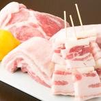 当店は、改良を重ねて生み出された愛知県産の豚肉「愛とん」を扱う、数少ないお店の一つです。脂のバランスと香りがよく、シンプルに焼くだけても美味しくいただけます。冬はしゃぶしゃぶなどでお楽しみください。