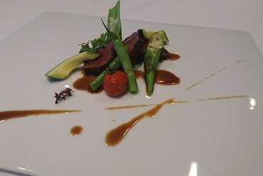 北海道産牛フィレ肉のロースト 山葵の香るソースと三浦の旬菜を添えて