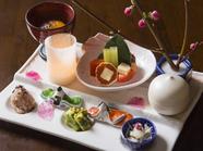 種類豊富な料理が盛り付けられた旬のおいしさあふれる『季節の前菜盛り合わせ』