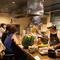 カウンター席で、調理のプロセスを見る楽しみ方も