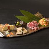 色々な種類の前菜をつまみながらワインがすすむ『5種のタパス盛り合わせ』