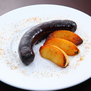 フランスのビストロではポピュラーな、豚の血でつくられる腸詰めです。クミン、カルダモンなどのさまざまな香辛料の香りと、甘酢っぱい林檎の酸味が良く合い、クセが無く食べやすい一品です。