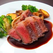 素材にこだわって、和歌山県産の和牛、熊野牛のイチボを使用。約250gの塊肉はレアに焼き上げられ、肉の旨味をしっかり味わえる贅沢な一品。マスタードソースが効いています。