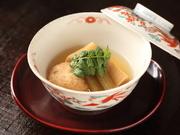 炊いた筍と蕗に、揚げてから炊いた湯葉の組み合わせ。具材にほどよく出汁の旨みが染み込み、上品な味わいです。旬の素材を使用した、季節感あふれる一品。
