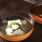 桜の花を練り込んだ胡麻豆腐と淡路のクロメバルを使った煮物。わらび、花びらに切ったウド、木の芽が添えられており、雅な気分にさせてくれます。ふんわりとしたクロメバルの身が美味。