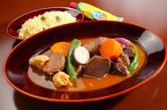 数種のハーブとスパイスが効いています。エスニックな香りの『仔羊と野菜のクスクス』