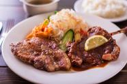 一皿で知床産ポークと骨付きチキンの2種類が味わえる、お腹が満ち足りる『チキン&ポーク』