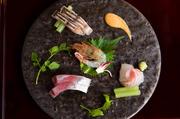 脂ののったのどぐろと旬のタケノコを幽庵焼きにして木の芽をあしらいに。添えられたいちごはくるみだれを纏い、お酒のアテにも最適。金沢の春を一皿に。