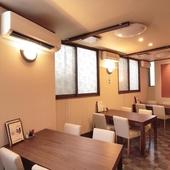 カウンター、テーブル、座敷、それぞれの席でゆっくり寛げる