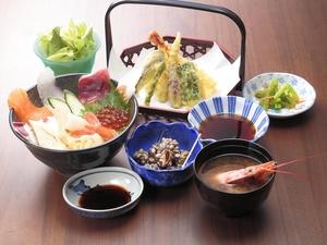 内容が変わる小鉢と、評判の味噌汁がセットの『海鮮丼ランチ』