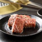 【やきにく炭や 西バイパス店】で使用している牛肉は、青森県内でのセリで買い付けたA5ランクの和牛。牛の半丸(首から下の部位まるごと)を買い入れることで、高品質とリーズナブルな料金設定を可能にしています。