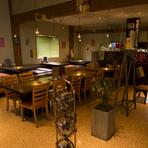 ゆったりとした造りの店内は、最大96名まで収容可能。一人から団体での利用まで、幅広く対応してくれます。宴会プランや飲み放題メニューもあるので、気の合う仲間と一緒に賑やかな食事を楽しめます。