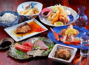 厳選した魚介をさまざまな料理でいただく『魚源おまかせコース(7品)』