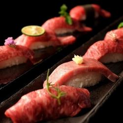 人気の肉寿司が3貫食べ比べ!料理も10種類ついたボリュームもしっかりとしたコース内容。