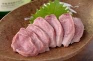 鮮度の良さが命。豚の希少部位『タン刺し』