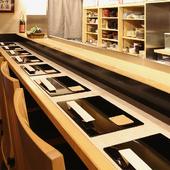 料理の美しさが際立つ、白木を使ったシンプルなカウンター席