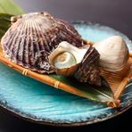 日本各地の漁港から直送される魚介類は店内の生けすで鮮度管理されており、漁場から水揚げされたばかりのような鮮度で提供しています。