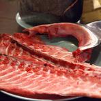 来客者に一円から魚に値段を付けてもらい、最終的に一番高い金額をつけた人のものに。その魚を生きたまま店内の水槽から取り出し、調味しています。自分が欲しい魚を買い取れるか、ワクワク楽しめる時間。