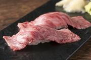神戸牛炙り寿司、黒毛和牛炙り寿司、フォアグラの握り寿司、生うに牛肉巻きを1貫ずつお召し上がりいただける4貫セット。極上の旨味をお届けします。