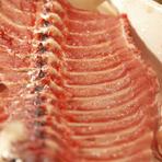 釜で炊くウニの炊き込みご飯。炊き立てのご飯とふっくらとしたウニの絶妙なバランスを味わっていただけます。薬味といっしょにお召し上がりください。