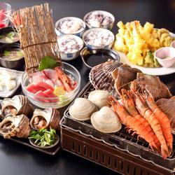 本まぐろ骨付き中落ち、蟹味噌甲羅焼き、本まぐろ赤身など3種お造り、特大ほっけ、肉寿司など堪能できる