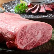 通常はなかなか食べられない部位の肉を、好みの焼き加減でいただく『希少部位6種食べ比べ石焼きコース』