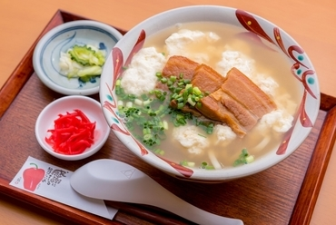 沖縄そばと三枚肉とのコラボ、深い味わいの『ゆしとうふそば』