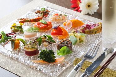 フレッシュな素材を生かした一皿。豊富な種類と色鮮やかな見た目で魅了する『前菜16種盛り合わせ』
