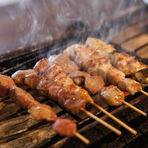 沖縄県のブランド鶏「やんばる若どり」を使用したこだわり焼き鳥をはじめ、魚は九州や北海道から直送したものを、地鶏は鹿児島から仕入れたものを使うなど、日本中から探し出した美味しいものを提供している。