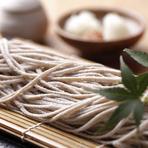 美味しさに定評のある香り豊かな北海道産の蕎麦粉を採用。毎日お店で手打ちしたこだわりの蕎麦を提供している。