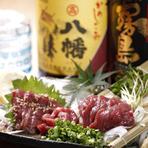 100種類ほどの焼酎が取り揃えられており、人気の銘柄から、こだわりの珍しい銘柄まで様々な味が楽しめる。また、日本酒も全国から厳選したものを揃えていてお酒好きにはたまらない品揃えとなっている。