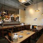 店の内装は、スタッフによるDIYで作り上げられた。丁寧に塗られた漆喰の壁や、元々テーブルとして使われていた一枚板を用いた看板など、雰囲気のあるこだわりの空間が広がっている。