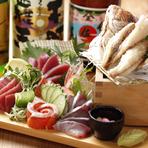 毎朝、市場で目利きをして仕入れる新鮮で確かな魚と、九州や北海道など全国から直送される厳選された魚をさばいた刺身は絶品。