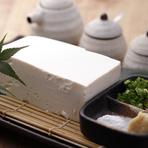 鹿児島から仕入た豆乳で毎日作っている自家製の豆腐。絹ごし豆腐のようになめらかで柔らかく、濃厚な豆乳から香る大豆の風味が魅力。 岩塩と生姜と合わせて、絶妙な味わいで大豆の味を楽しめる一品。