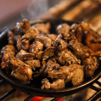 鹿児島から仕入れる美味しい地鶏。炭火で豪快に高温で焼き上げる。炎が1mほど上がる大迫力の光景はカウンター席のお客さまが魅入ってしまうほど。歯ごたえが魅力の一品をぜひ味わってほしい。