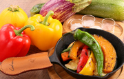 野菜とキノコの甘みと香りが凝縮するように、一度焼き目をつけてスキレットに入れ、香草オイルで焼き上げた旬野菜とキノコのグリルです。