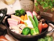 鶏がらベースのスープと、個別に仕込んだ野菜の出汁を合わせたスープに道産のベーコン、ソーセージと田舎鶏、厳選野菜のポトフです。